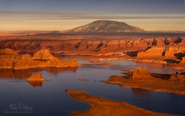 Lake-Powell-and-Navajo-Mountain.-Glen-Canyon-NRA,-Utah/Arizona,-USA.-Aerial.