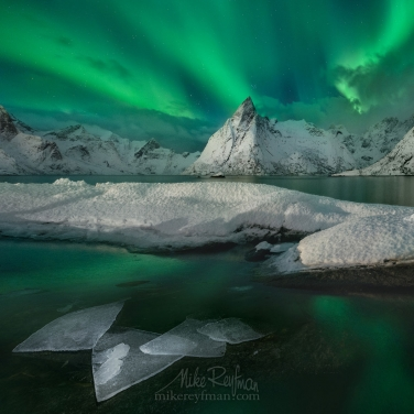 Olstinden-mountain-peak-under-Aurora-Sky.-Hamnoy,-Moskenes,-Lofoten-Islands,-Norway.