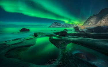 Arctic-Avocado.-Aurora-over-Uttakleiv-Eye.-Utakleiv-beach,-Vestvagoy,-Lofoten-Islands,-Norway