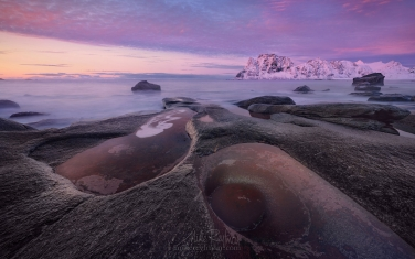 Arctic-Avocado.-Winter-sunset-at-Uttakleiv-Eye.-Utakleiv-beach,-Vestvagoy,-Lofoten-Islands,-Norway