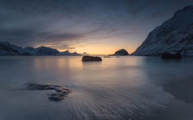Winter-sunset-at-Haukalnd-beach.-Vestvagoy,-Lofoten-Islands,-Norway