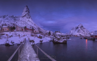 Winter-morning-in-fishing-village-of-Reine.-Moskenes,-Lofoten-archipelago,-Norway.