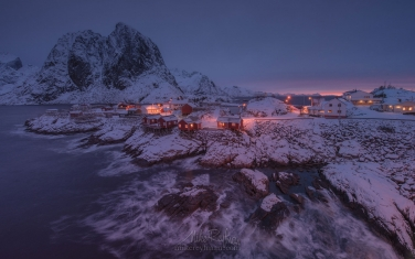 Fishing-huts-(rorbuer)-of-the-Hamnoy-with-Lilandstinden-mountain-on-the-beckground.-Moskenes,-Lofoten-archipelago,-Norway.