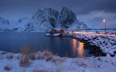 Toppoy-Rorbuer-and-and-Lilandstinden-mountain-peak-in-winter.-Reine,-Moskenes,-Lofoten-archipelago,-Norway