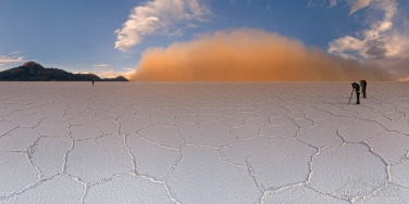 The-Salt-Storm.-Salar-de-Uyuni-near-Tunupa-Volcano.-Altiplano,-Bolivia.A-low-lying-cloud-of-airborne-salt-was-painted-in-orange-by-low-sun.