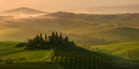 Villa-Podere-Belvedere-at-sunrise.-Val-d'Orcia,-Tuscany,-Italy